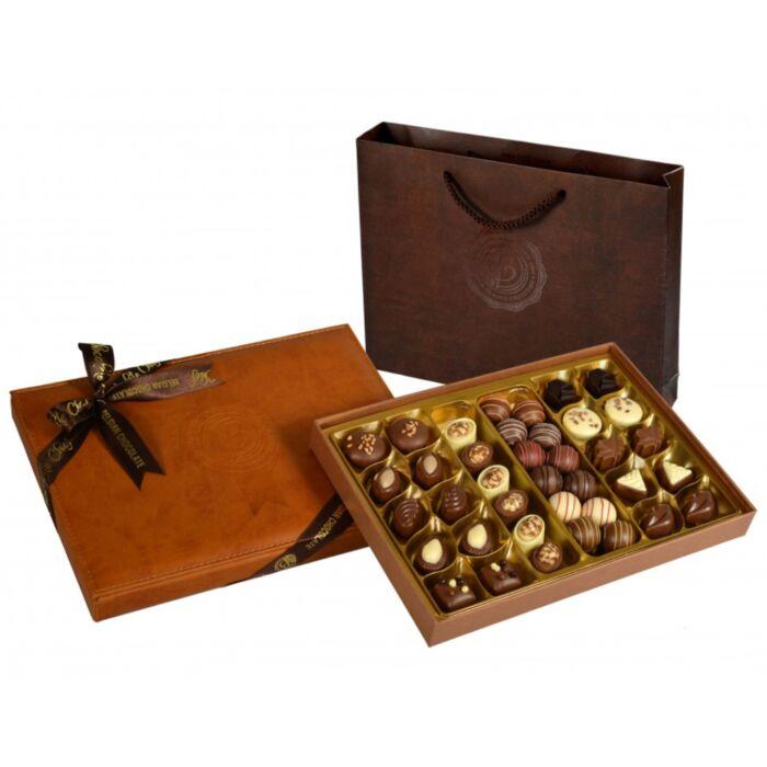 Exclusive Bőr (Világos Barna) Díszdobozos kézműves praliné válogatás táskával Belga Csokoládéból 500g